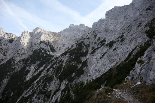 Hier ist der äußerst schmale Weg entlang des Felsens gut zu erkennen.